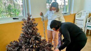Le nostre ragazze che fanno l'albero